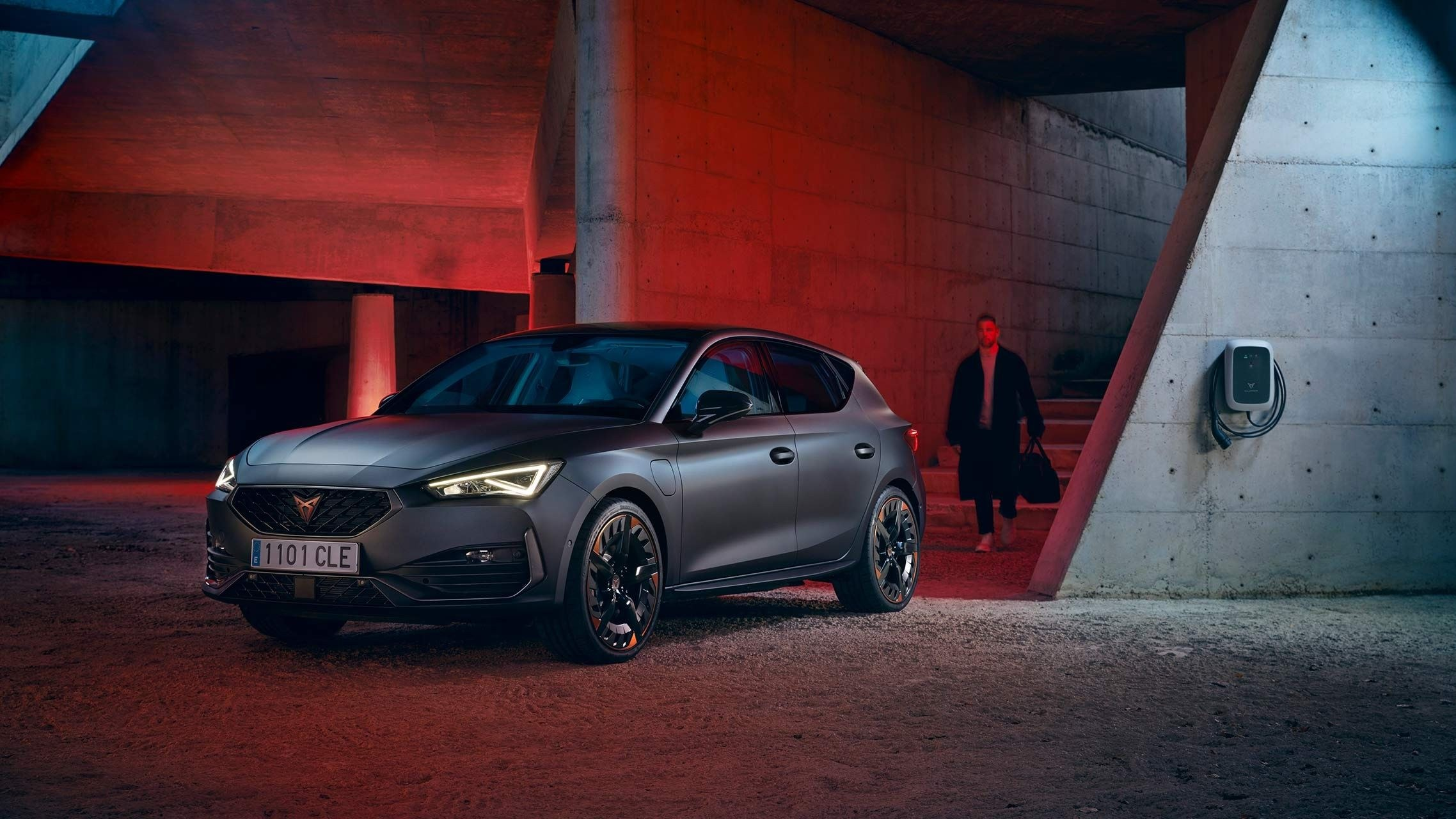 new-cupra-leon-ehybrid-five-door-magnetic-tech-matte-compact-sports-car-side-view-charging-wallbox